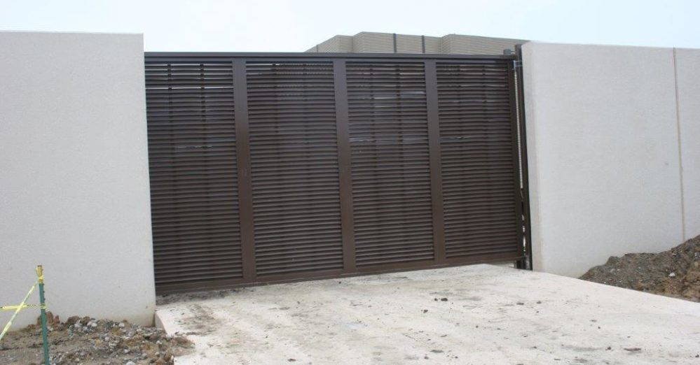 PalmSHIELD - Louvered cantilever gate